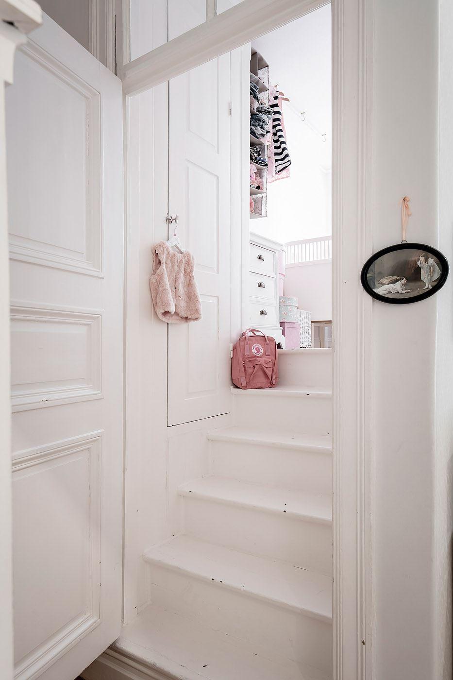 деревянная белая лестница ступени