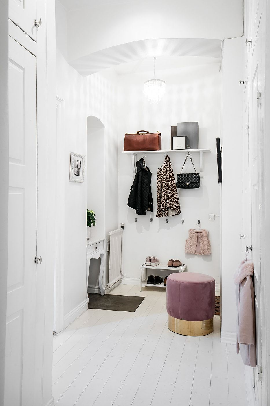 прихожая высокий потолок вешалка одежда консоль пуф