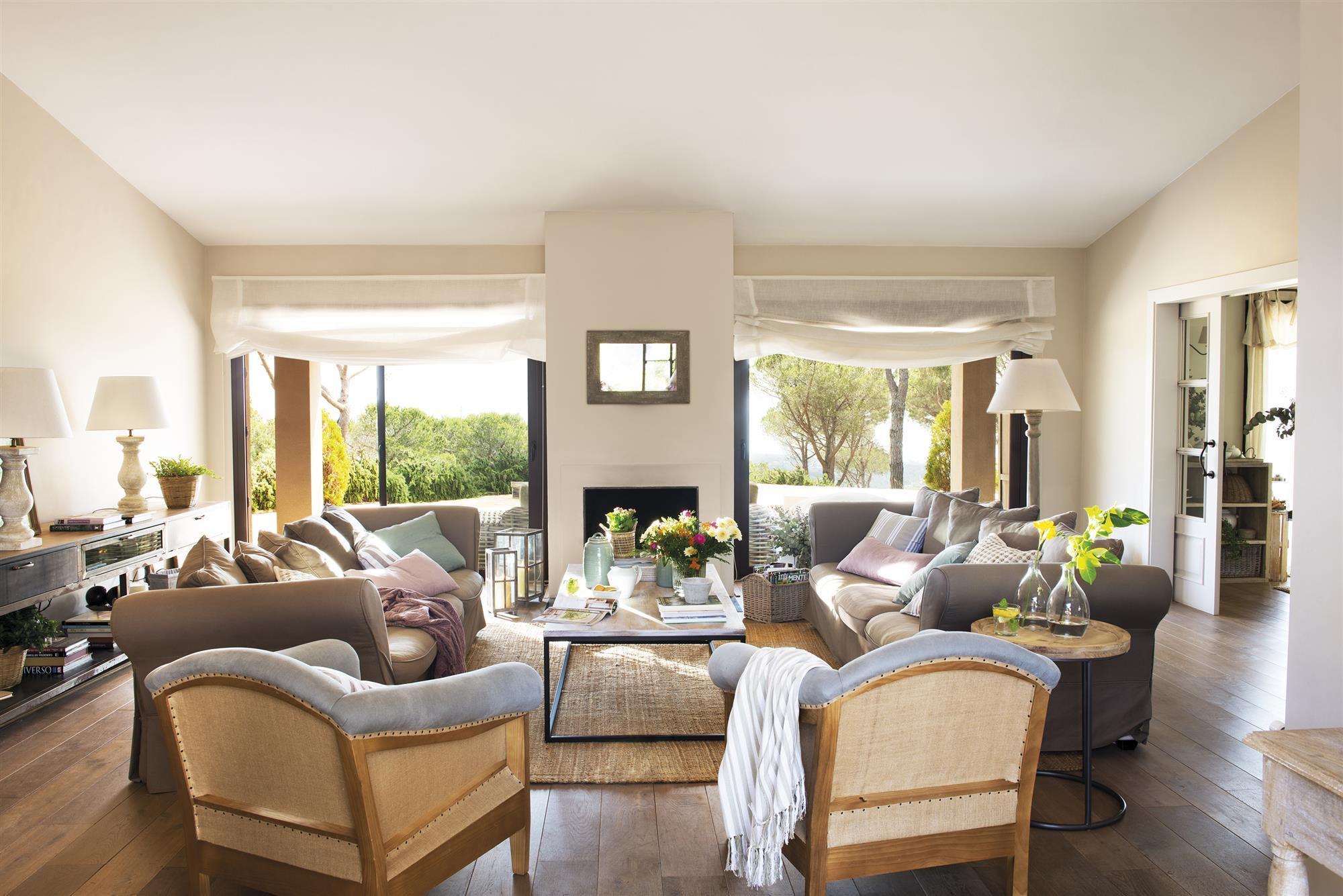 гостиная французские двери римские шторы мягкая мебель кресла камин