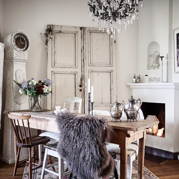 винтаж двери часы камин деревянный стол стулья дубовый паркет