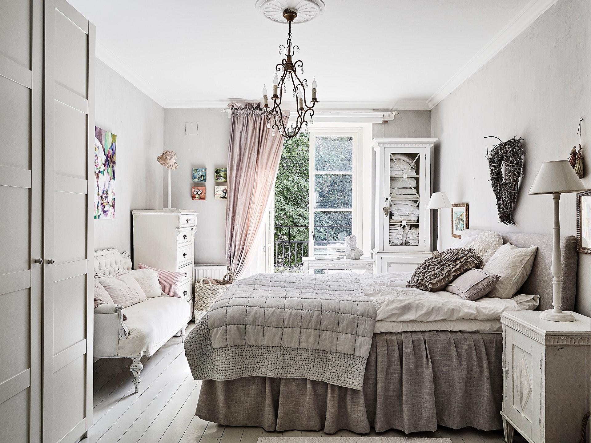 винтаж спальня кровать кушетка доска выход на балкон