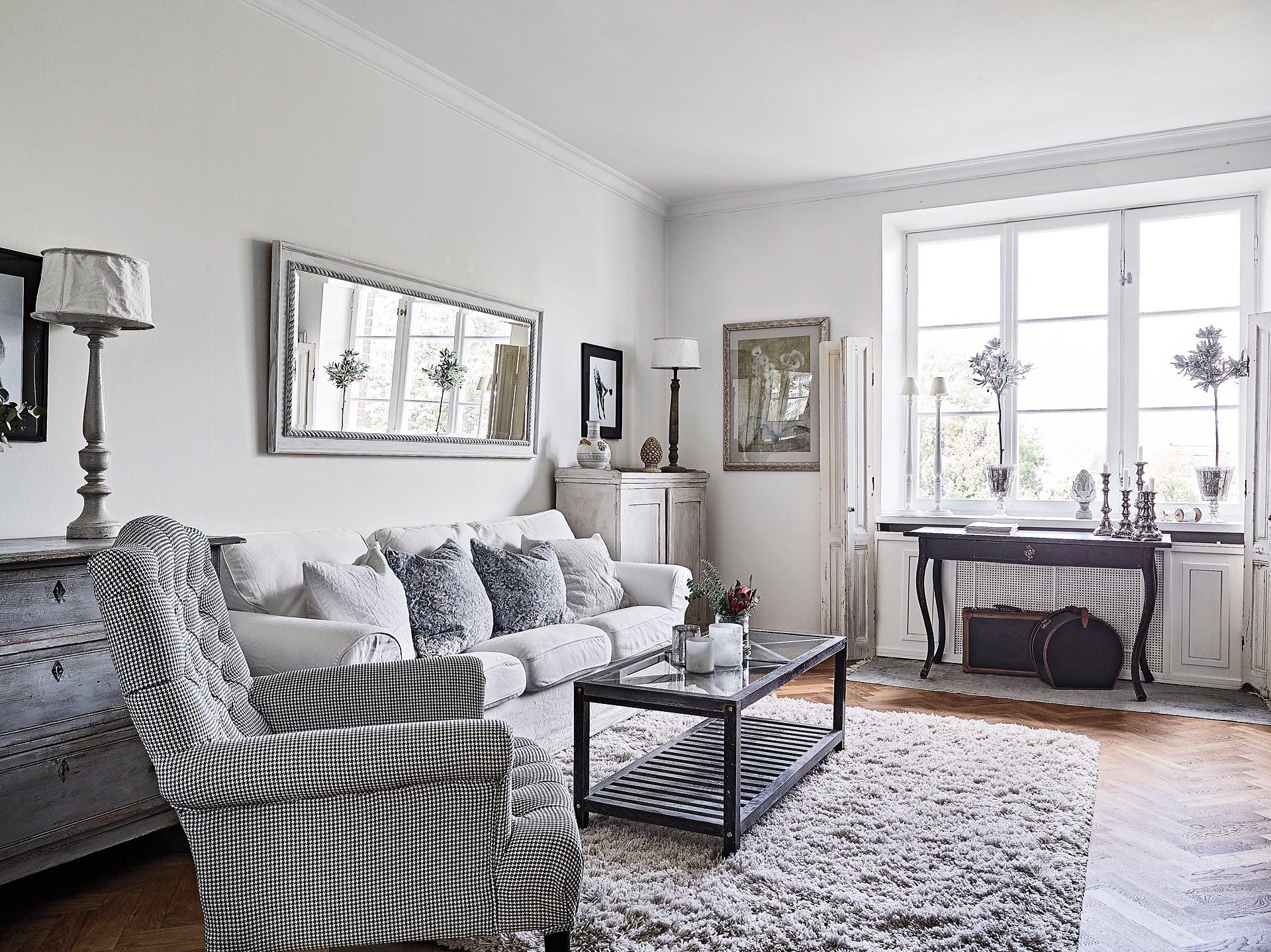 гостиная диван подушки столик ковер окно консоль