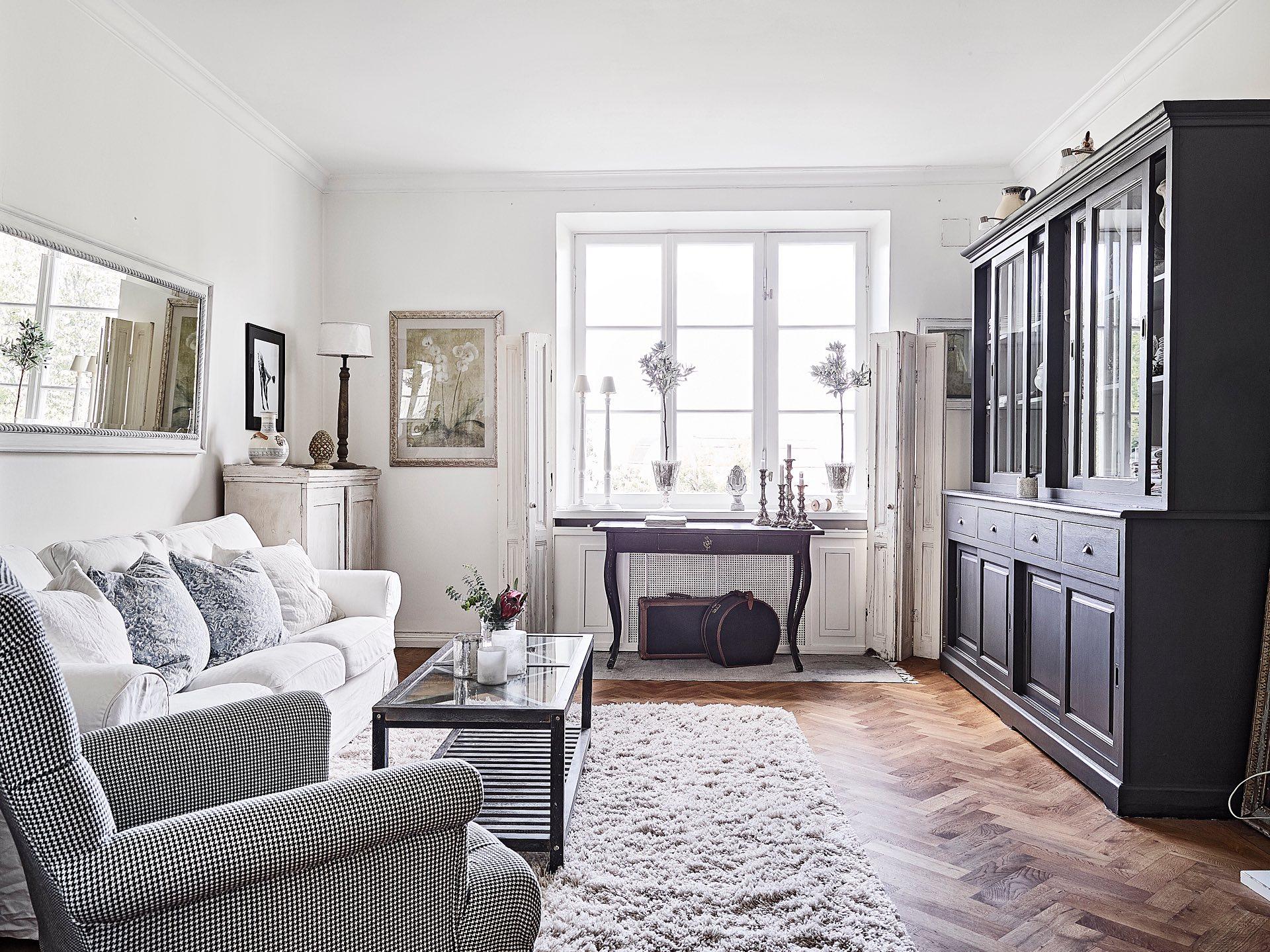 гостиная белые стены дубовый паркет окно консоль сервант
