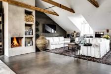 мансарда высокий потолок балки окна камин дрова