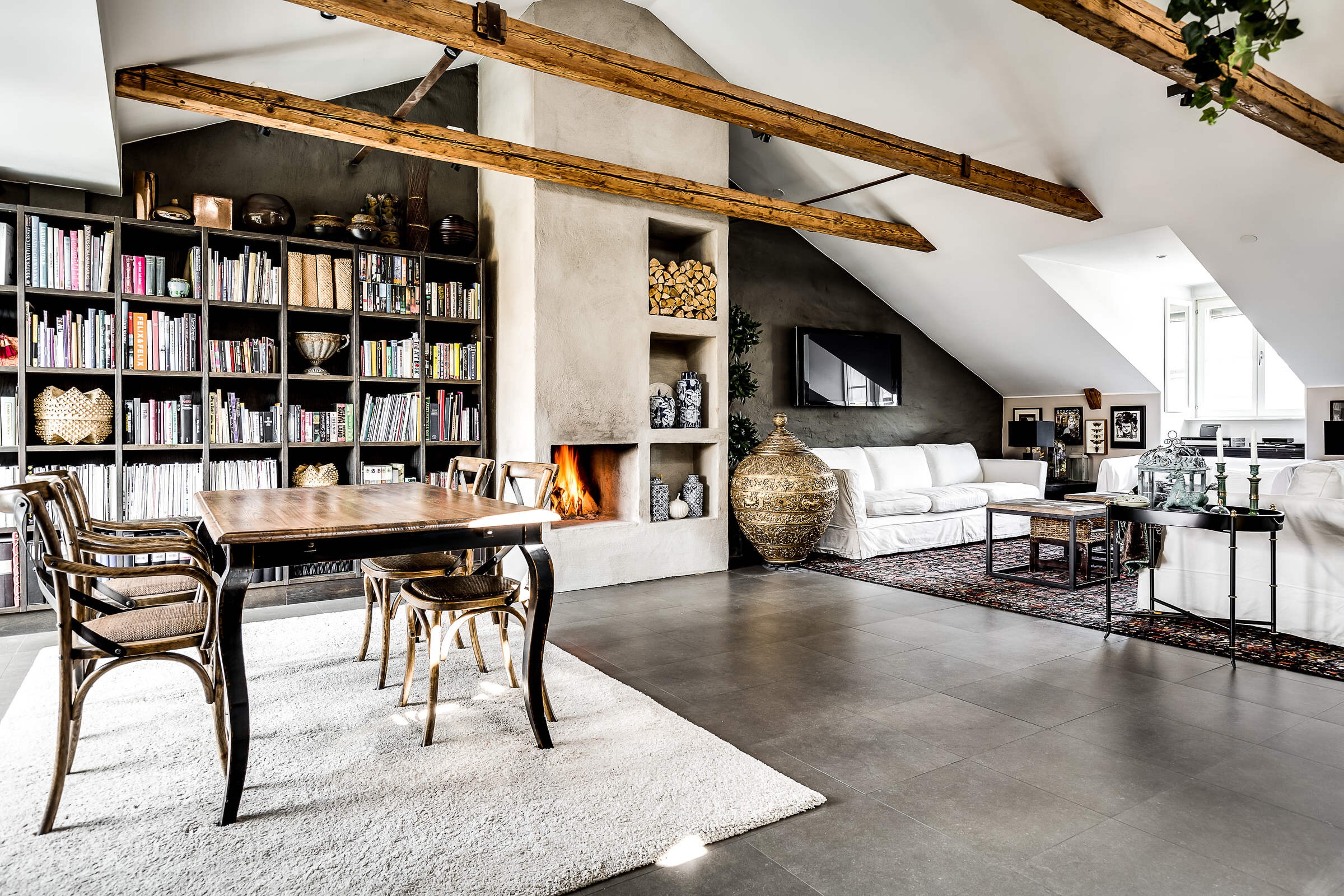 гостиная высокий потолок книжный стеллаж камин