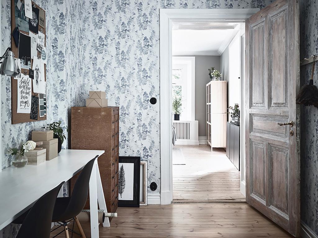 спальня обои старая дверь наличники пол лиственница