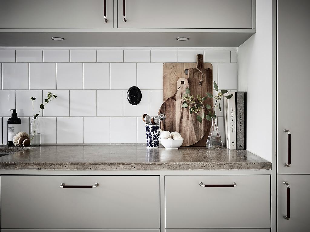 кухонная мебель фартук квадратная белая плитка серые фасады