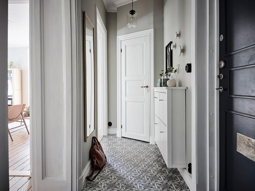 коридор двери напольная плитка зеркало