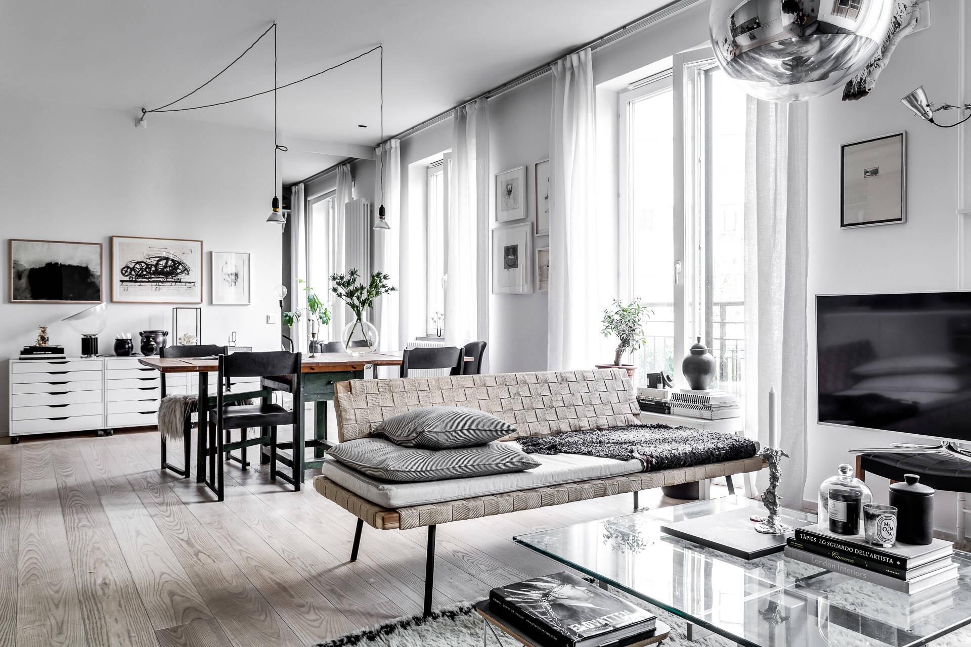 гостиная диван окна деревянный пол
