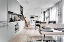 гостиная кухня деревянный пол светлые стены серые кухонные фасады лесенка