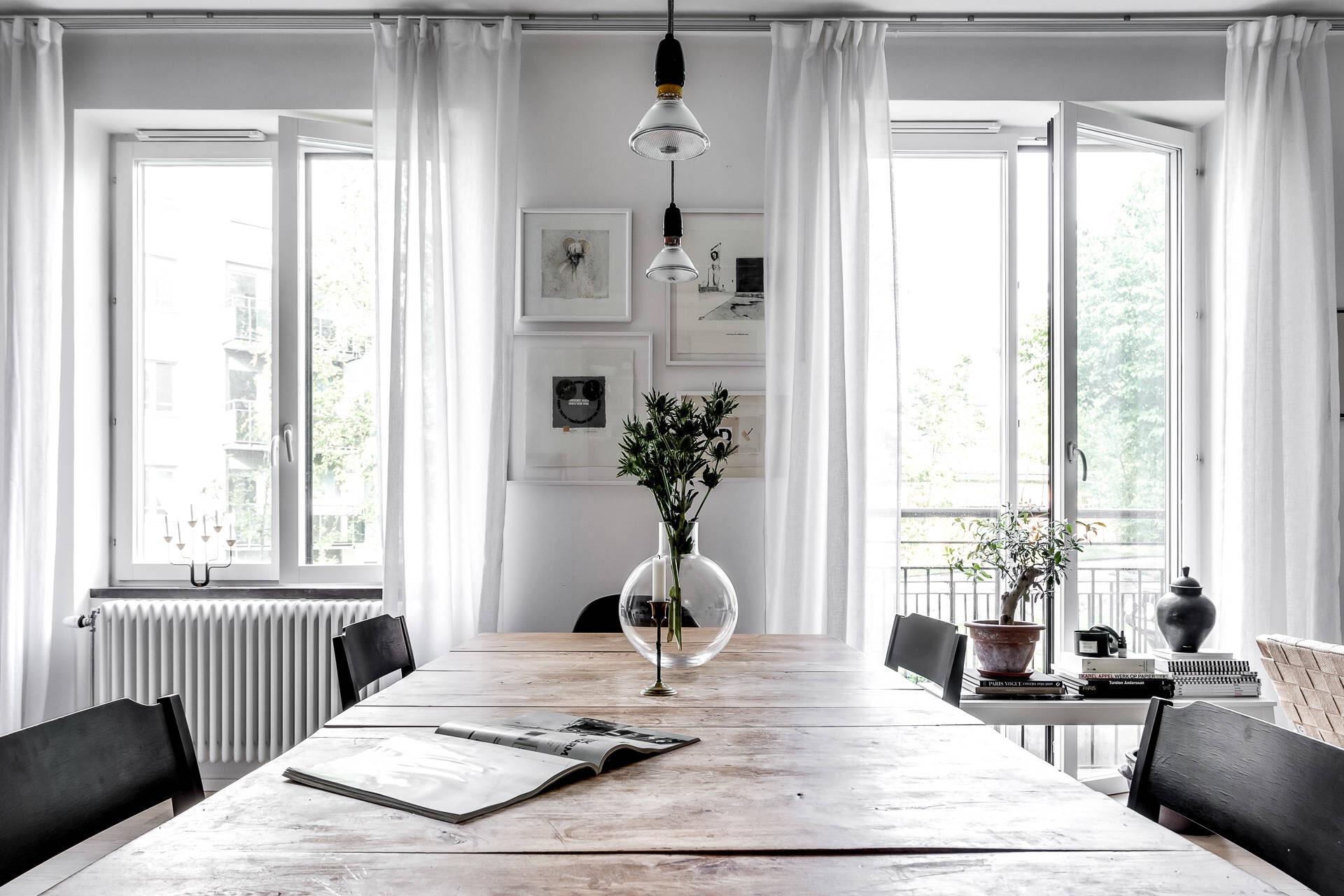 обеденный стол ваза цветы белые стены картины рамы