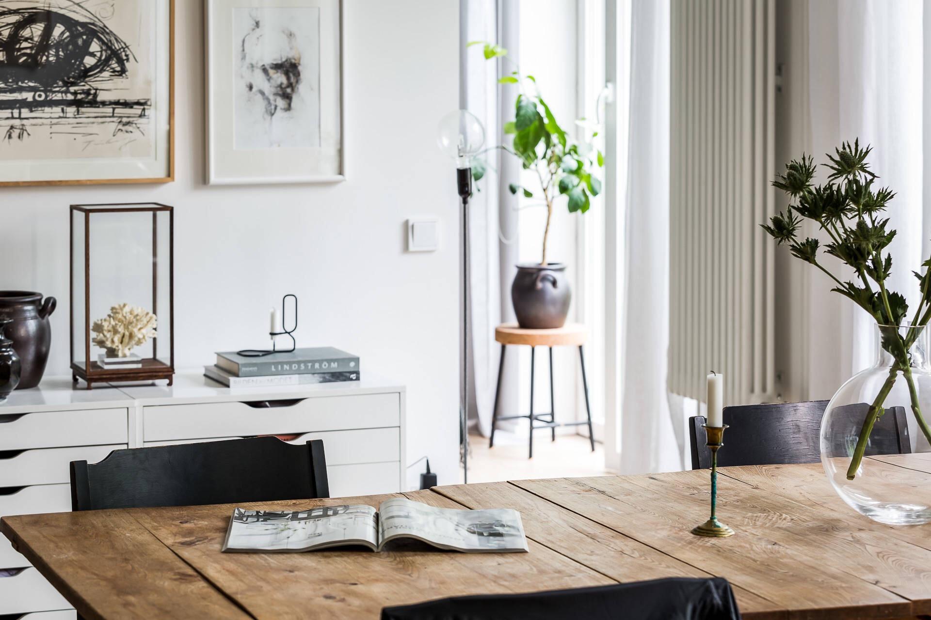 обеденный деревянный стол белые стены