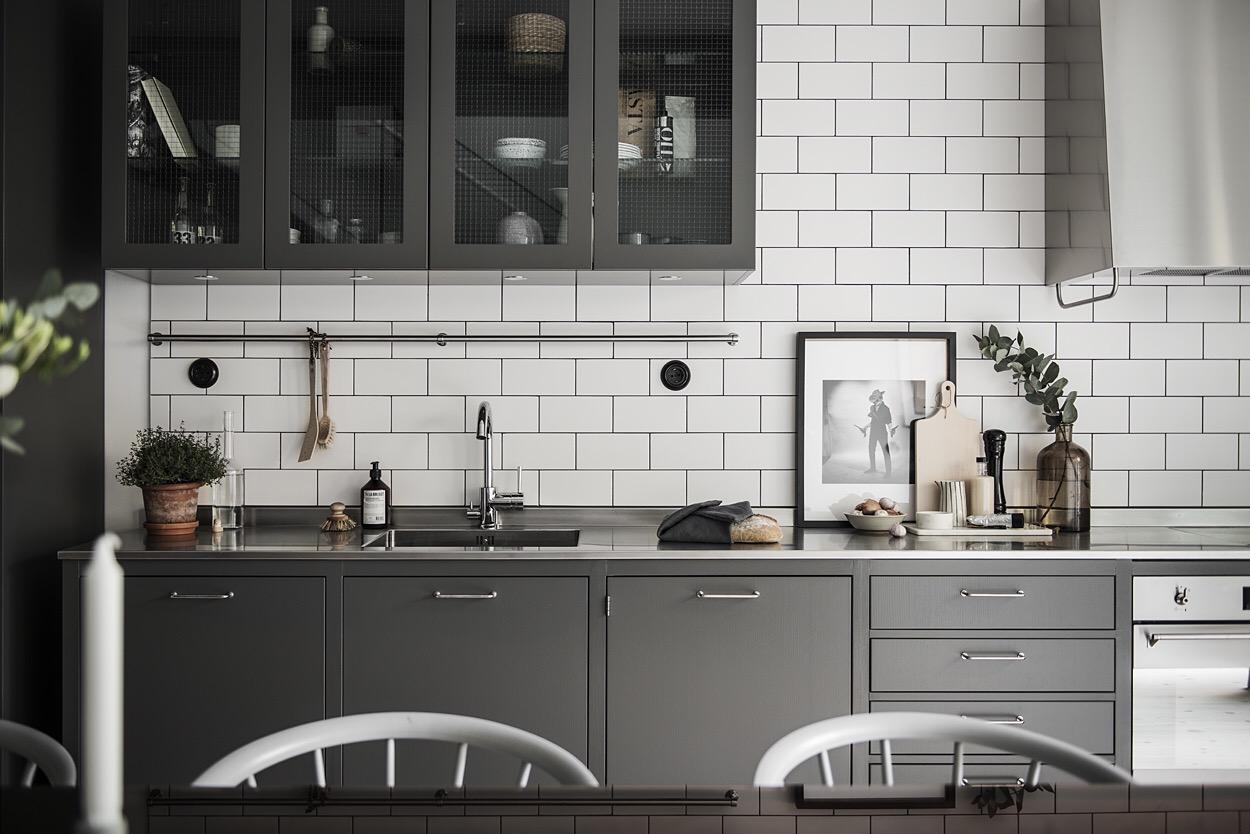 кухня темные фасады стекло плитка кабанчик мойка смеситель рейлинг