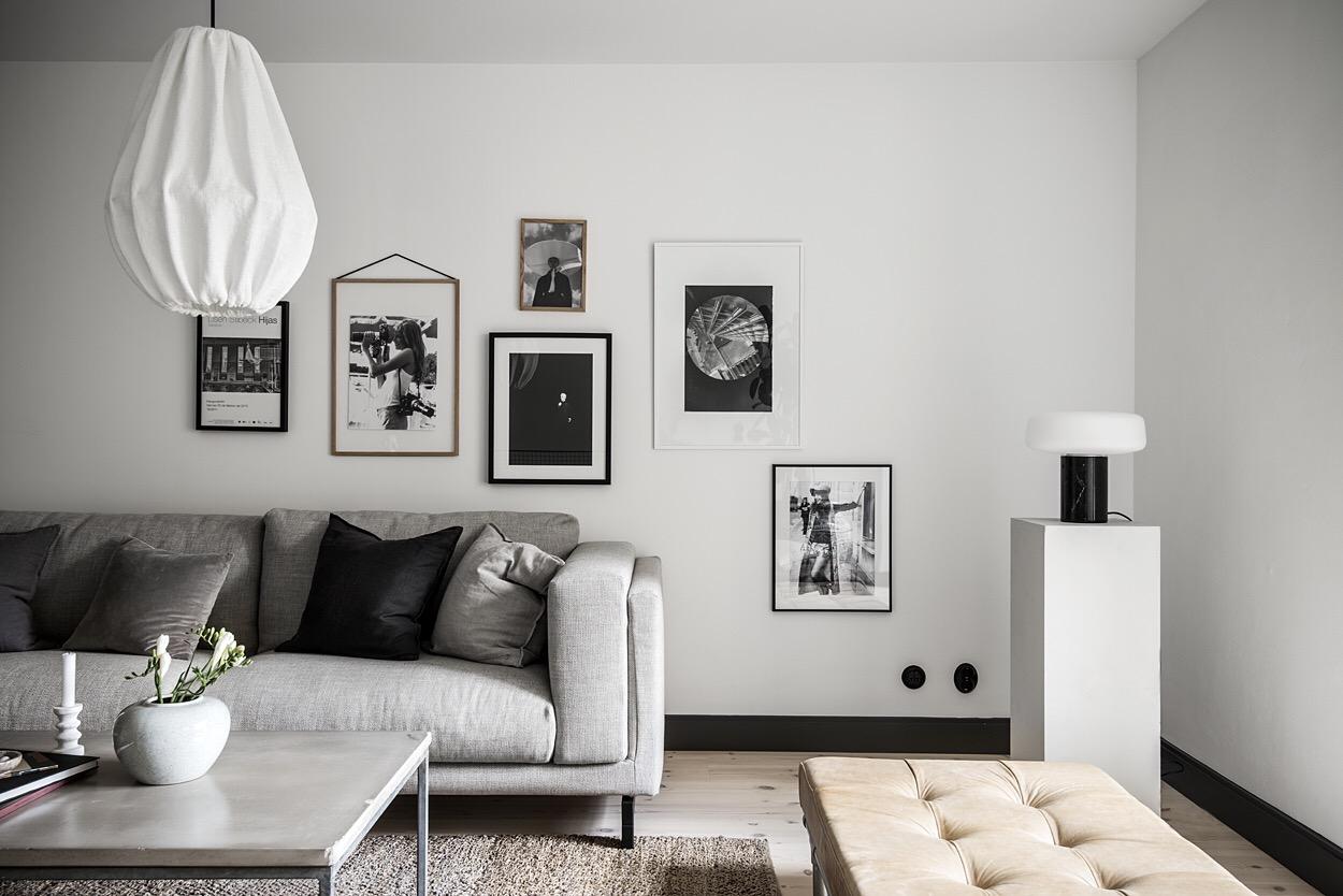 гостиная диван белые стены картины рамы банкетка