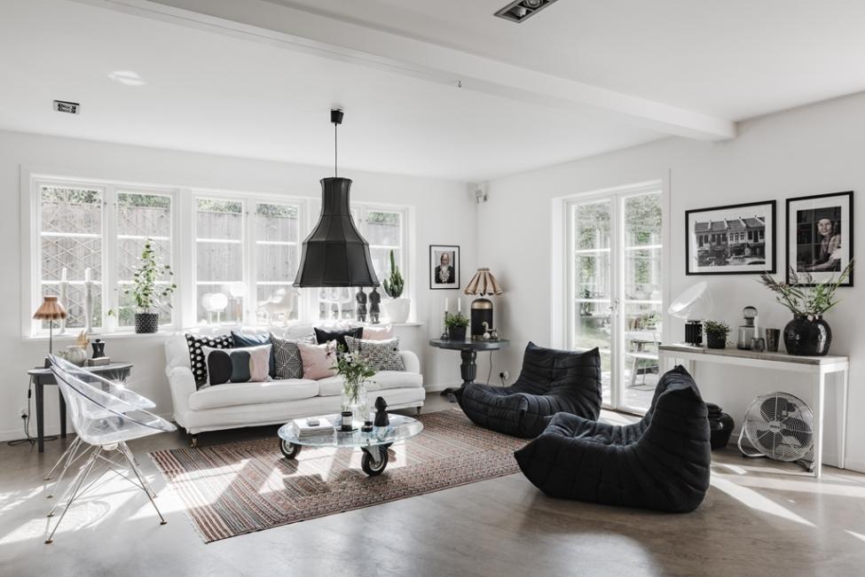 гостиная белый диван белые стены светлый пол
