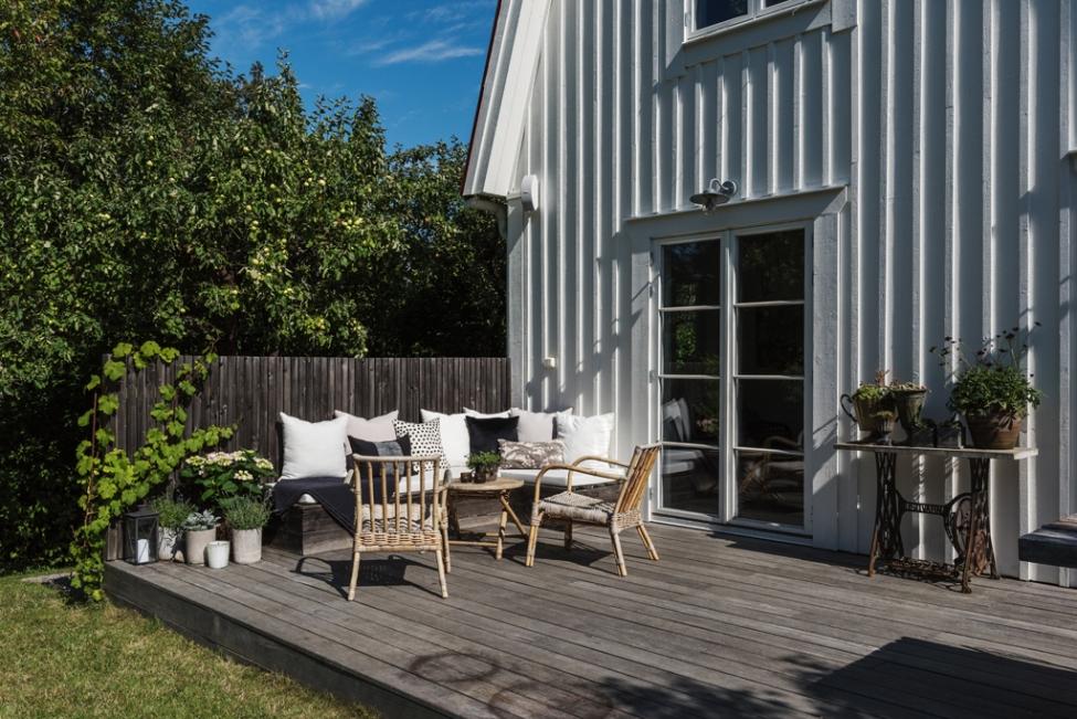 загородный дом терраса уличная садовая мебель деревянный настил забор