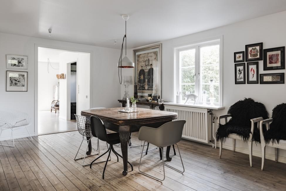 обеденный стол стулья лампа окно панно