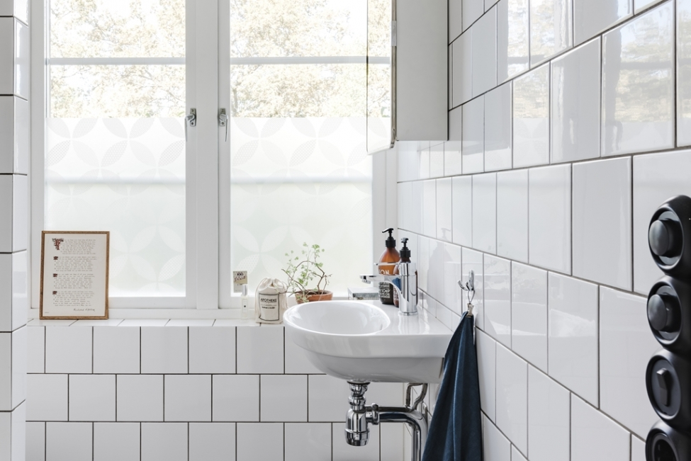 санузел раковина смеситель белая квадратная плитка окно