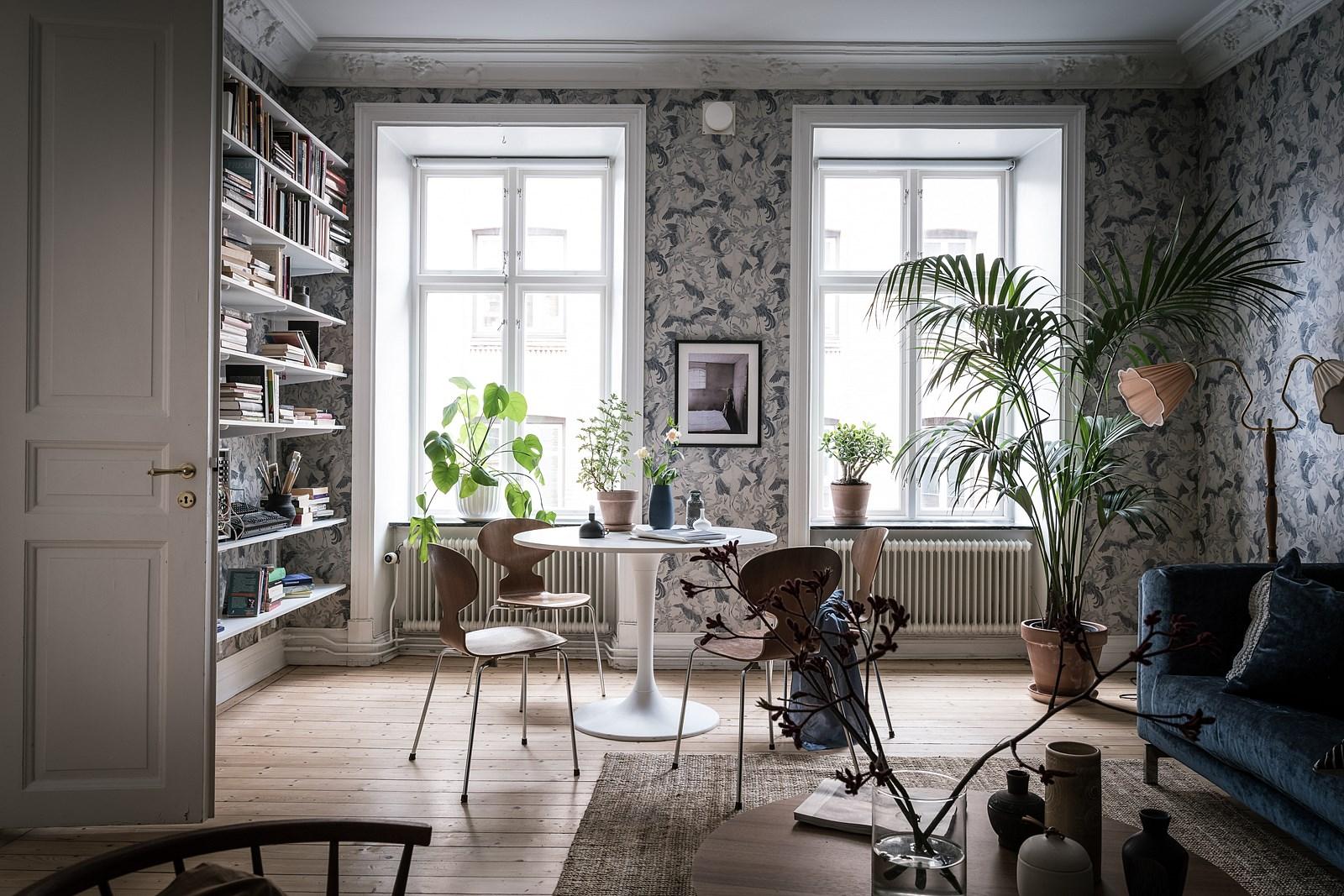 гостиная обои лепнина окна деревянный пол