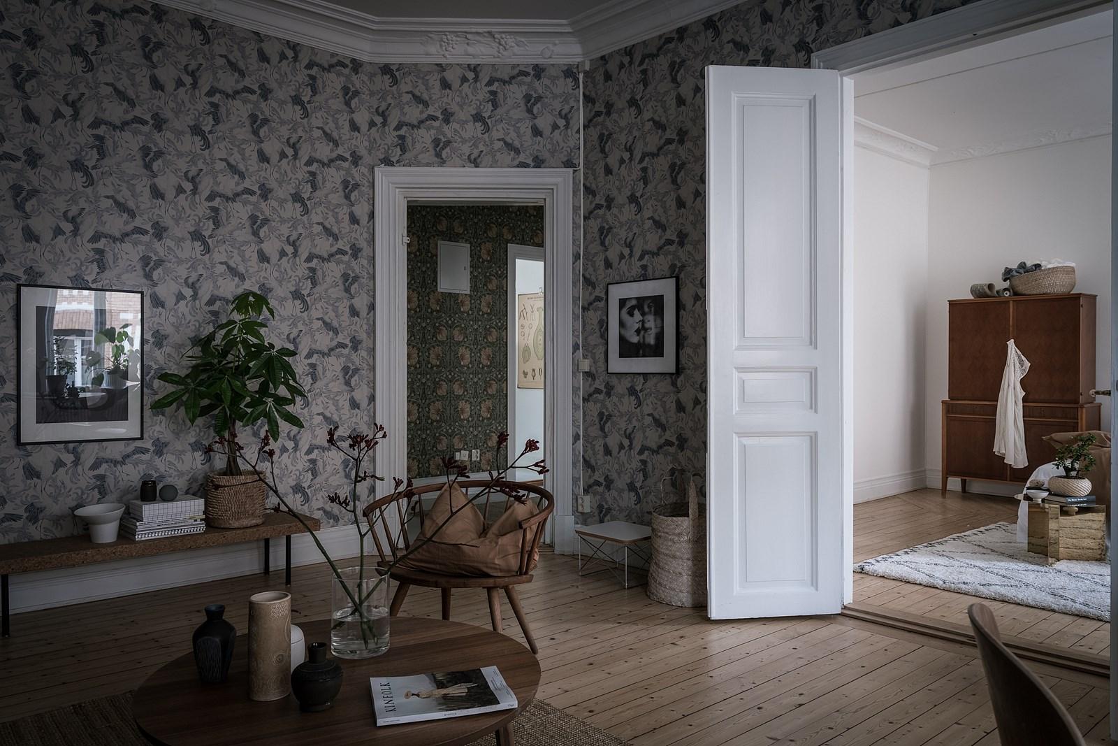 высокие распашные белые двери деревянный пол