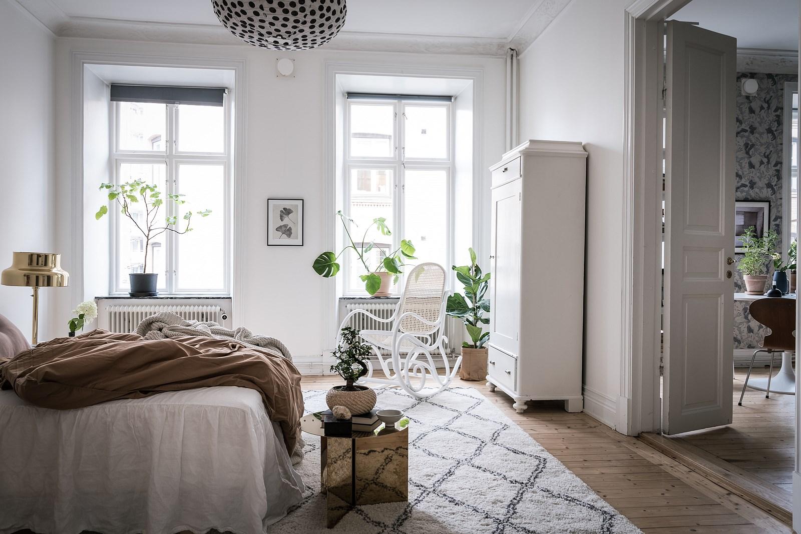 спальня кровать окно кресло качалка шкаф ковер