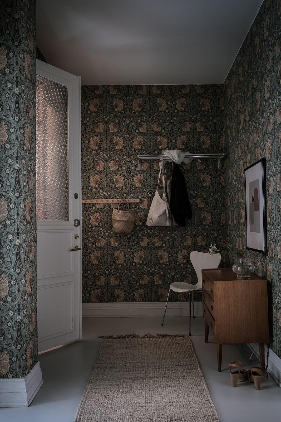 стены обои прихожая белый плинтус вешалка
