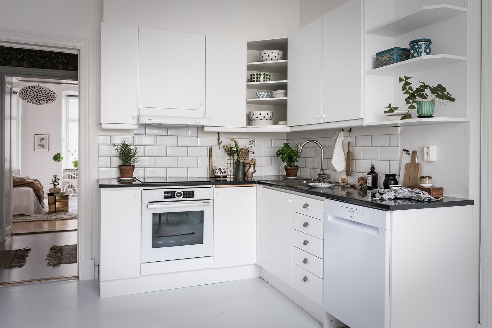 кухонная мебель белые фасады плитка кабанчик черная столешница