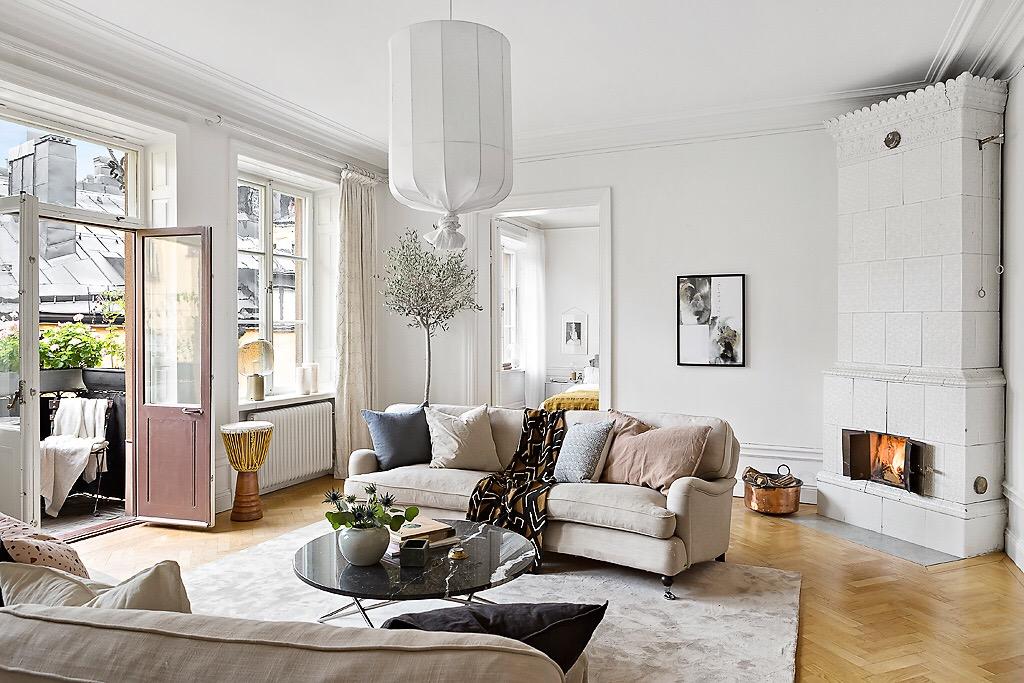 гостиная Koushi Lamp белые стены диван подушки ковер
