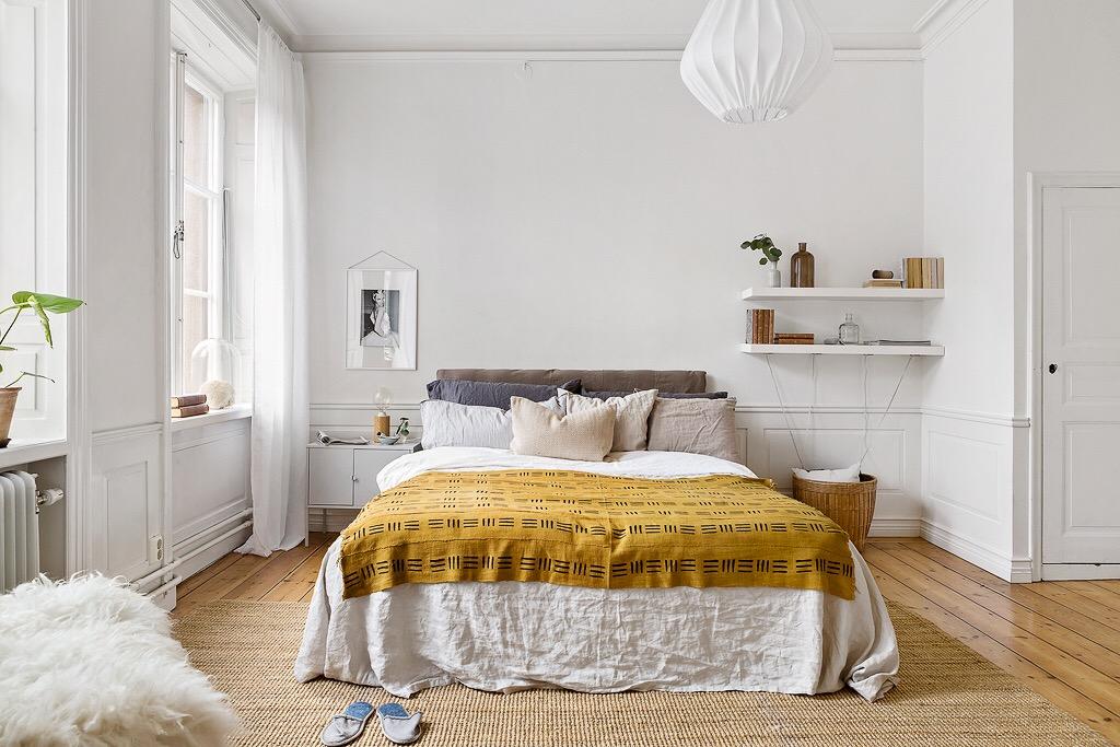 спальня кровать изголовье текстиль окно полки белые стены