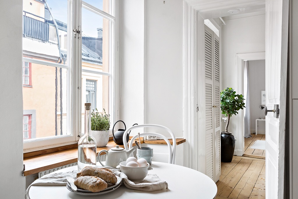 кухня стол для завтраков окно