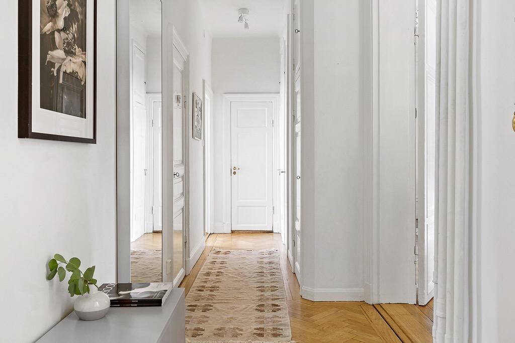 коридор прихожая белые стены паркет
