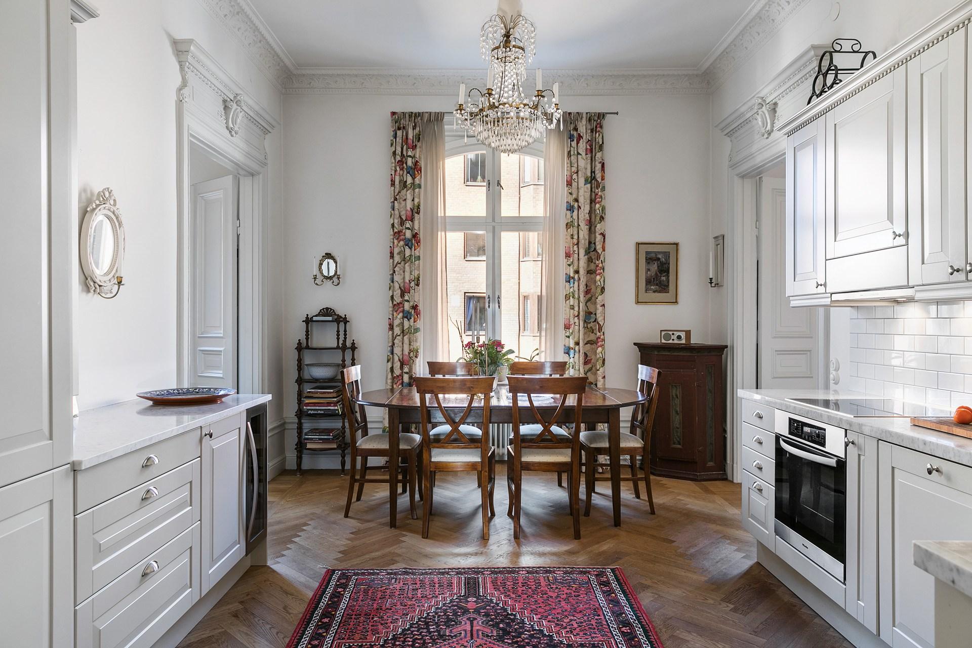 обеденный стол стулья ковер кухня