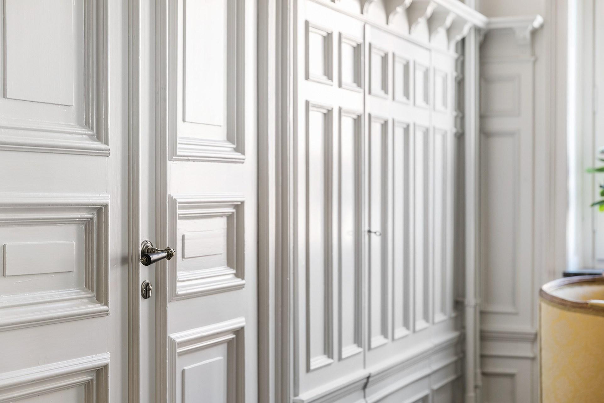 стеновые панели лепнина дверь