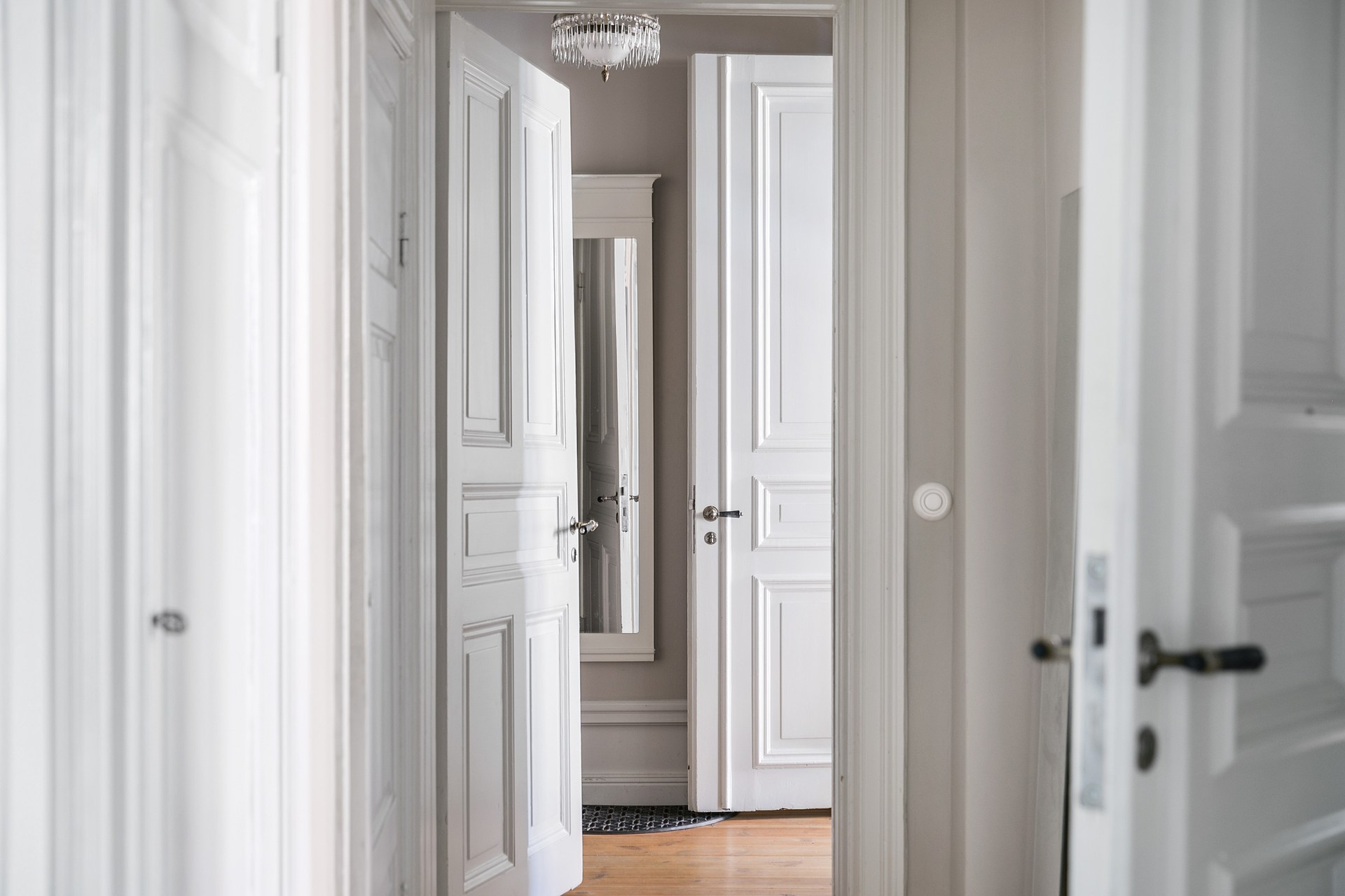 коридор белые двери