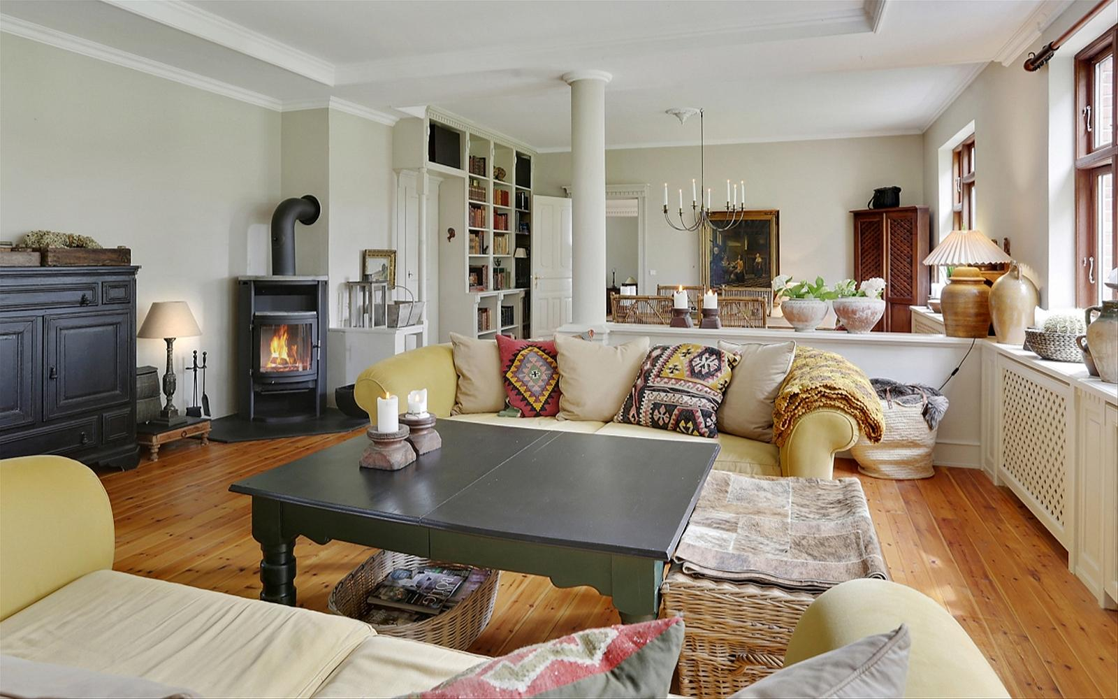 гостиная мягкая мебель диван подушки столик