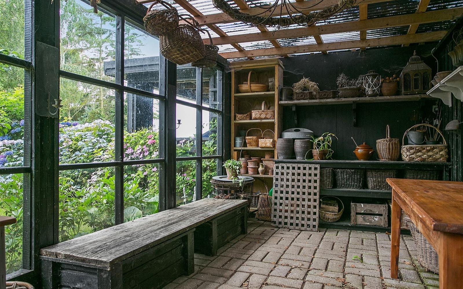 хозяйственный дом остекление темные рамы садовые принадлежности