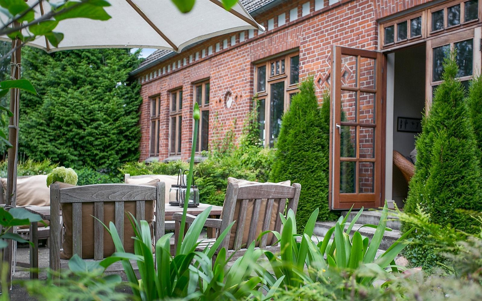 загородный кирпичный дом двери ступени окна садовая мебель