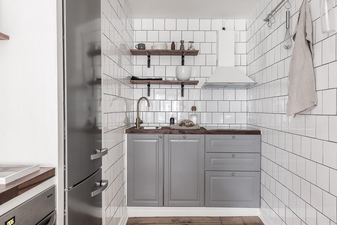 квартира студия кухня серые фасады кухонные полки холодильник