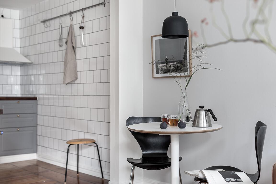 кухня белая квадратная плитка стол для завтраков