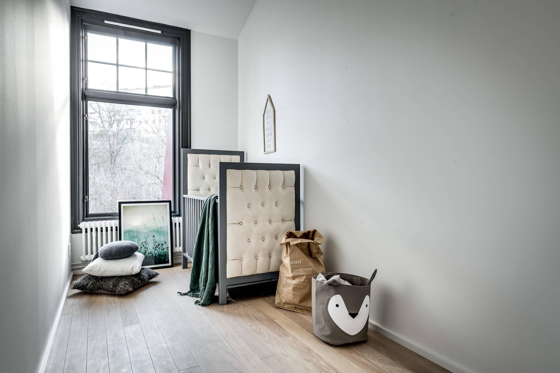детская комната окно темные рамы кровать серые стены половая доска