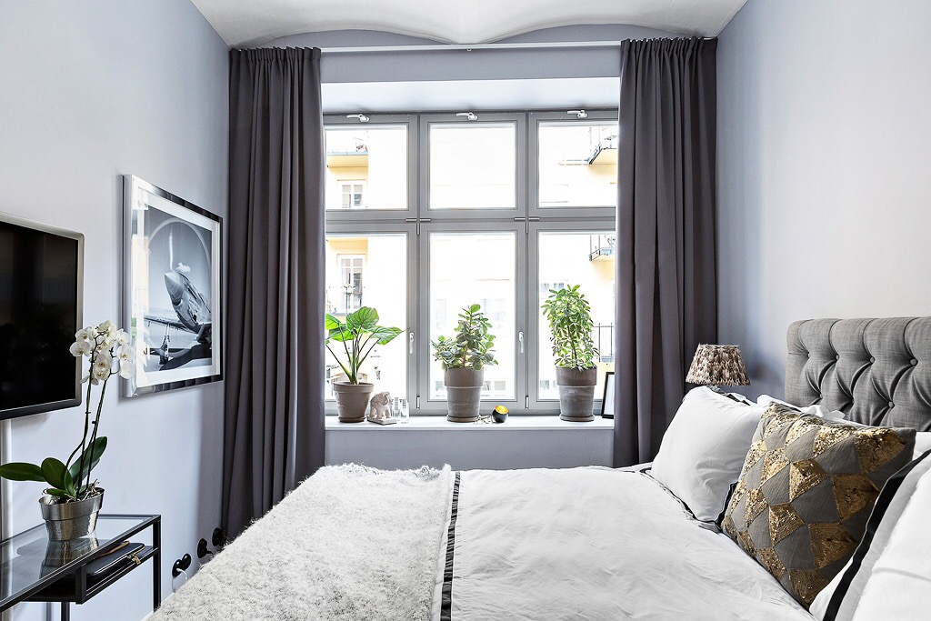 спальня потолок своды серо-фиолетовые стены окно подоконник цветок кровать телевизор