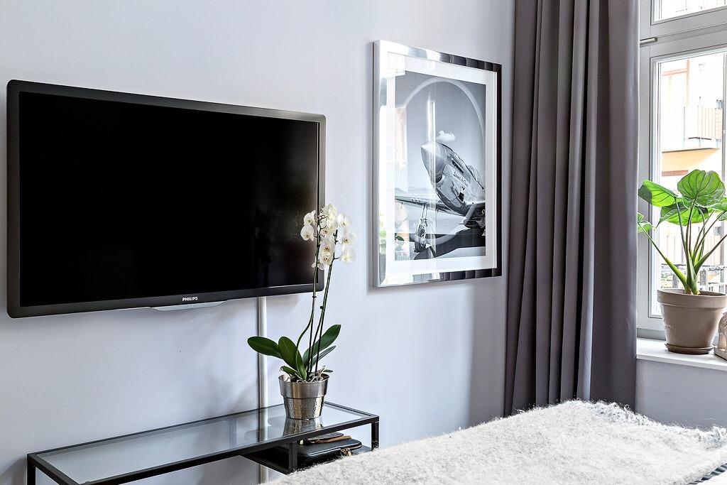 спальня телевизор стеклянная консоль орхидея постер