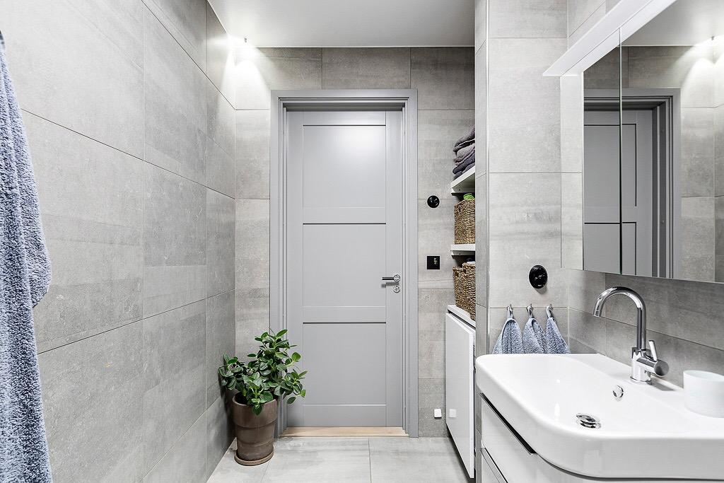 ванная комната серая дверь филёнка ниша полки стиральная машина