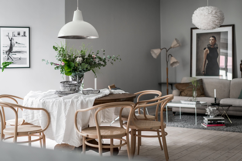 деревянный стол скатерть лампа над столом стулья