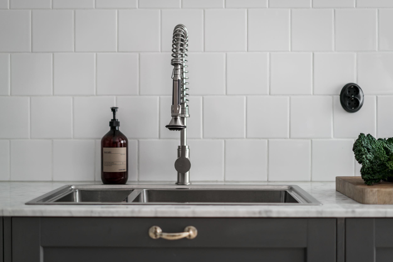 кухонная столешница мрамор мойка смеситель квадратная белая плитка