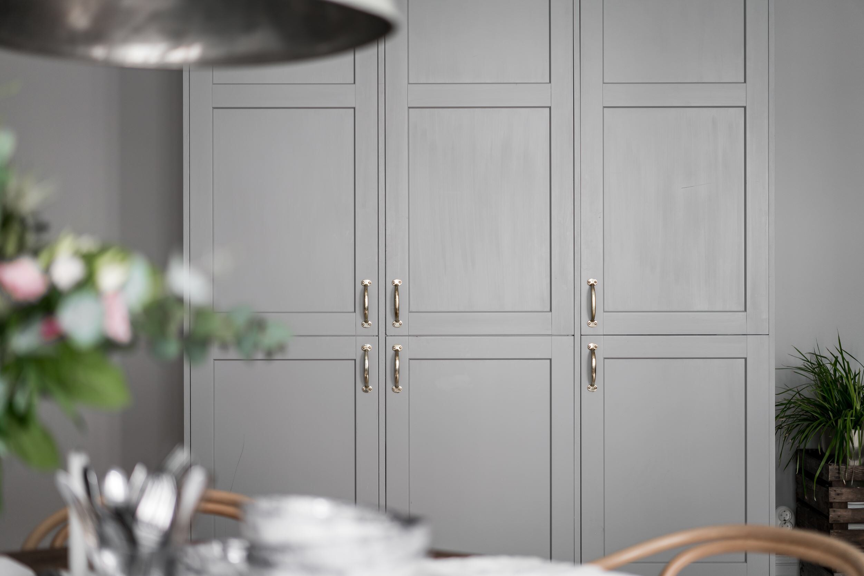 кухонный шкаф серые фасады филёнка мебельные ручки латунь