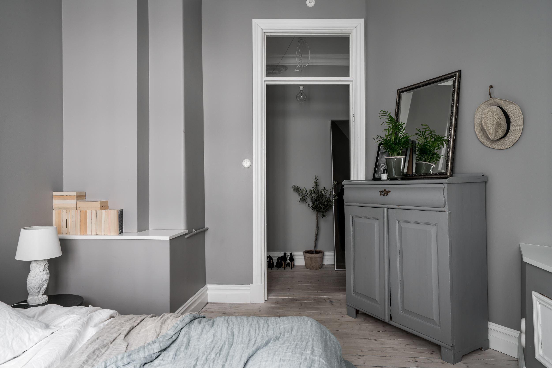 спальня комод зеркало выступ стены полка дверь фрамуга