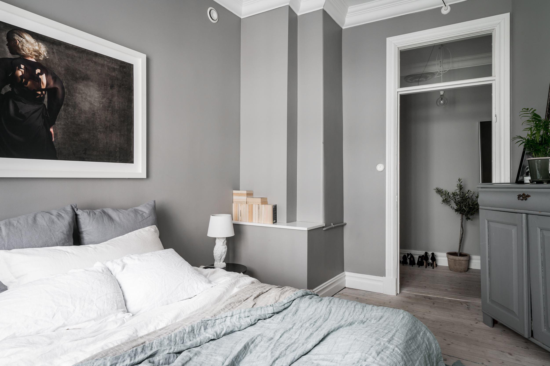 спальня картина над кроватью текстиль комод серые стены