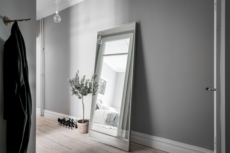 коридор прихожая напольное зеркало вешалка одежда