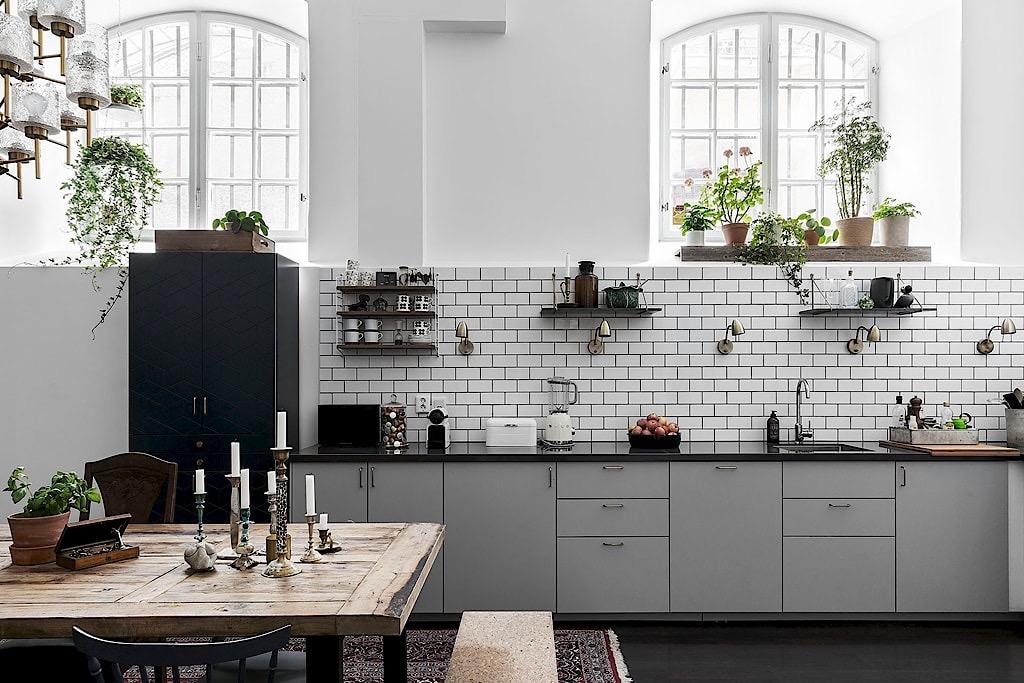 кухня серые фасады белая плитка кабанчик арочные окна комнатные цветы